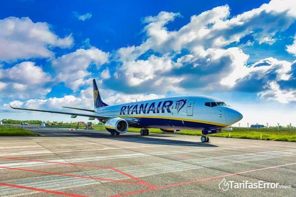 Avión de Ryanair en la pista